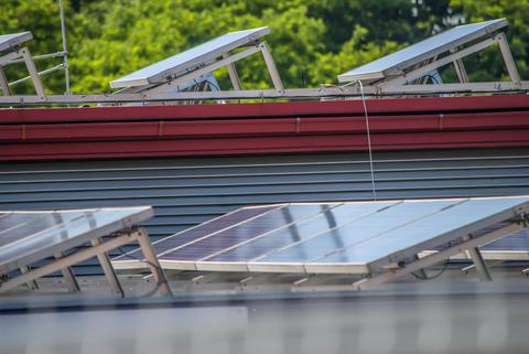 roof mounted solar panels フォト