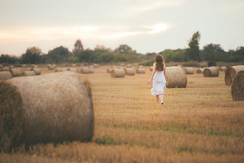 Girl Running in the Field Foto