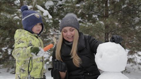 Mom and son make a snowman 3 ビデオ