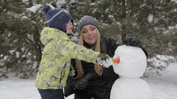 Mom and son make a snowman 5 ビデオ
