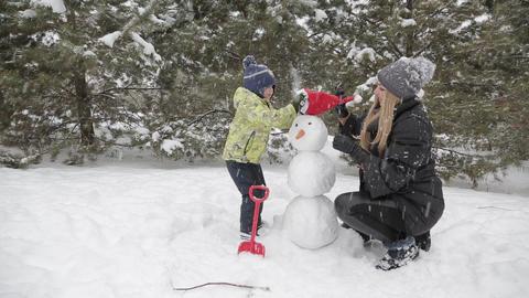 Mom and son make a snowman 7 ビデオ