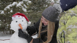Mom and son make a snowman 12 ビデオ