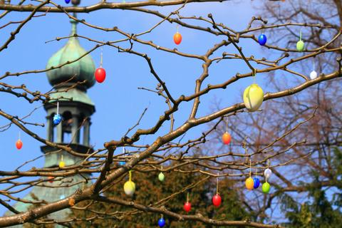 Easter eggs on the trees against blue sky Foto