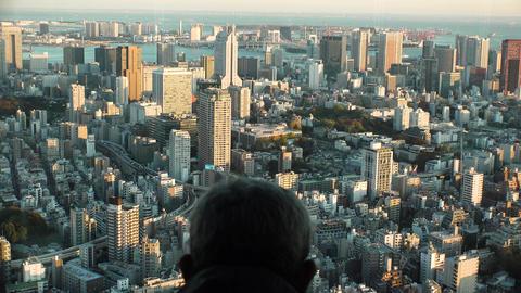 Japan Tokyo man watching Tokyo from above Bild