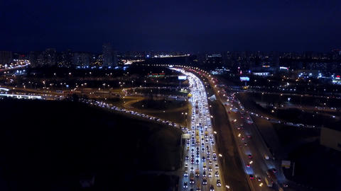 Aerial time-lapse of congested traffic on city highways in the evening rush hour Bild