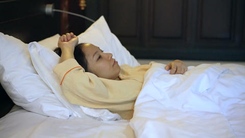 Video worried asian woman in bed, insomnia and thinking about life Footage