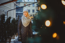 Beautiful blonde young caucasian woman in black coat and scarf Foto