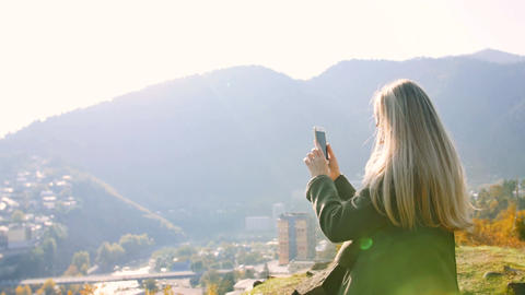 Girl Taking Photo Of Landscape cityscape From Mountain Top On Cell Smart Phone 画像