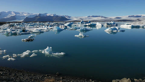 Timelapse of Icebergs Floating Across A Lagoon In Iceland ビデオ
