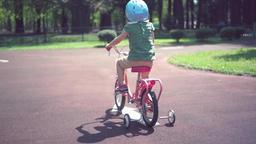 女の子、自転車、補助輪、練習、人物、ライフスタイル、動画素材、真剣、乗る、楽しい、かわいい、笑顔、4歳、4才、トレーニング、楽しい、嬉しい、転ぶ、怪我、けが、日 ライブ動画