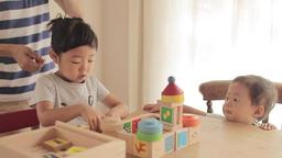 幼児、積み木、遊ぶ、動画素材、リビング、女の子、可愛い、かわいい、遊ぶ、テーブル、いす、笑う、園児、ライフスタイル、親子、母、夢中、人物、子供、子ども、こども、 ライブ動画