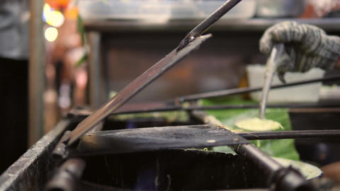 Asian Woman Cooking Green Pancakes Dessert Roti Saimai at Street Food Nigth ビデオ