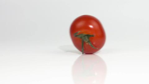 Tomato rolls crossing the screen ビデオ