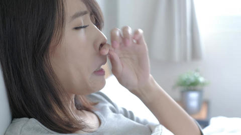 Sick Woman sneezing Live影片