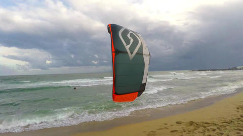Windsurfer Trying To Get Up And Surf ビデオ