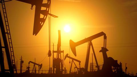 Large Oil Field At Sunrise Filmmaterial