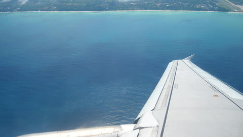 A view from the airplane windowafter take off over the wings and engines. The ビデオ
