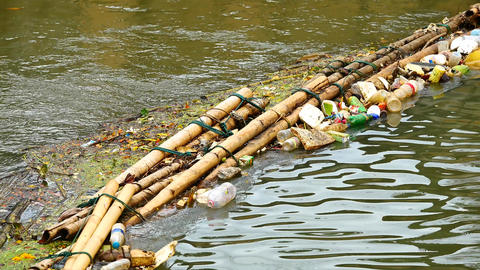 The waste trap device before flowing into the sea Made from bamboo tied together Archivo