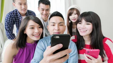 young people use phone ライブ動画