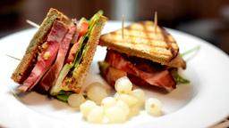sandwich on plate - refocused Footage