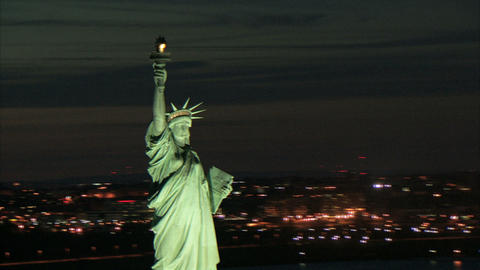 Zoom to statue of liberty torch and face at dusk ビデオ