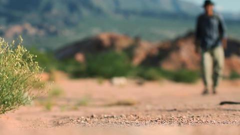 Man walking in the desert Archivo