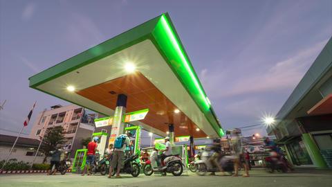 People Refuel Motorbikes at Gas Station at Night. 4K Time Lapse. Phuket ビデオ
