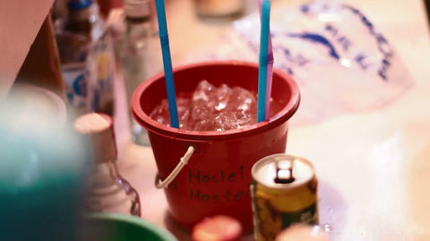 someone mixing full moon cocktail bucket with red bull Live影片