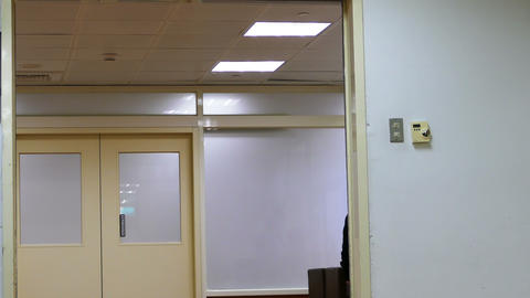 Surgery room door opening and closing fell Live影片