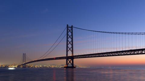 Timelapse - Akashi Kaikyo Bridge and the movement of the ship at dawn ビデオ