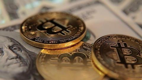 Bitcoins and dollars rotating macro shot ビデオ