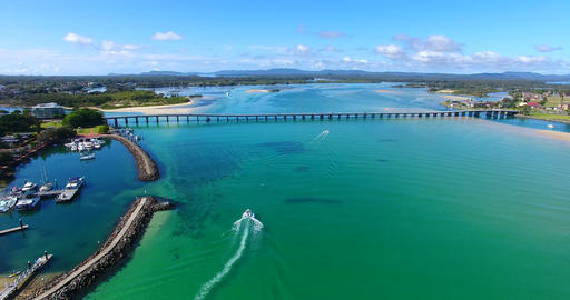 Landscape of a beautiful horizon, long bridge, clear blue water with boats on a Archivo