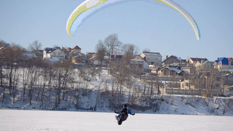 Pilot of the paraglider landed on a frozen lake Archivo