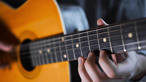 Guitar player plays random chords on the acoustic western guitar with steel Archivo