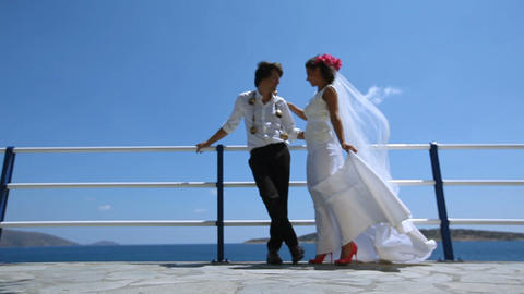 photosession of newlyweds on the background of the sea ビデオ
