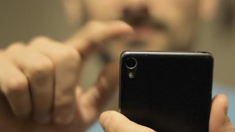 Man uses smartphone Filmmaterial