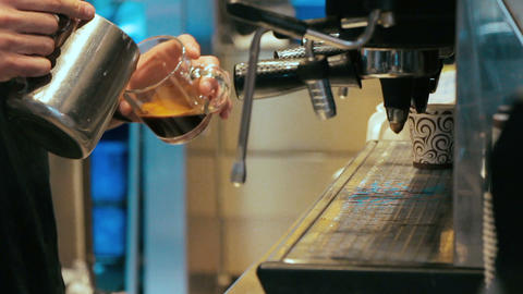 Barista making coffee in coffee machine at a busy coffee shop Filmmaterial