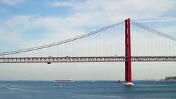 High Car Traffic On 25 de Abril Bridge (25th April Bridge) in Lisbon ビデオ