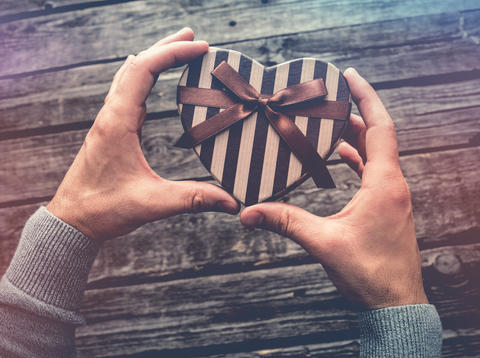 Heart shaped gift box in man's hands Foto