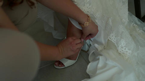 Wedding, girlfriend helps to lock the bride's white shoes Live Action
