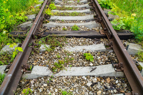Old rusty railway. Between the concrete sleepers is one wooden sleeper Foto