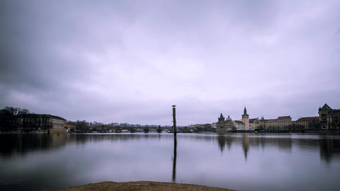 Time lapse footage of Charles Bridge and Vltava river in Prague, Czech Republic Archivo