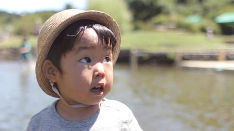 2歳、2才、夏休み、川遊び、水遊び、じゃぶじゃぶ池、ジャブジャブ池、女の子、田舎、川、麦わら帽子、太陽、青空、猛暑、熱中症、裸足、川遊び、遊ぶ、笑顔、笑う、日本 ライブ動画