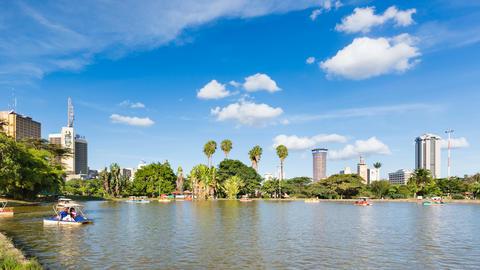 Boats On Uhuru Lake And Nairobi Skyline Timelapse, Kenya, editorial Bild