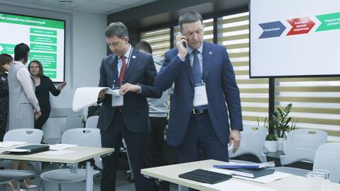 Representatives Prepare for Presentation in Office ビデオ