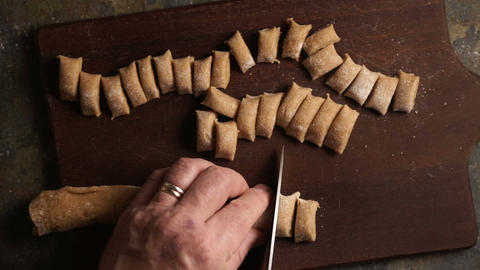 Cutting the dough to produce homemade pasta is a top view. Video Archivo