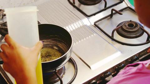 Pouring mustard oil onto frying pan ライブ動画