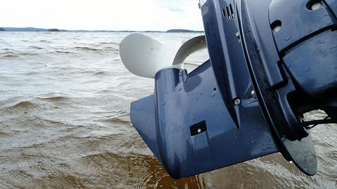 Outboard motor propeller lifted up from water ビデオ