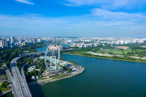 Panorama of Singapore and Ferris Wheel. Aerial View Fotografía
