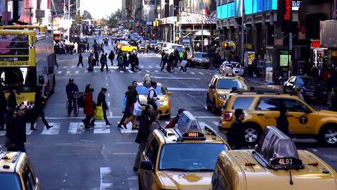 Pedestrians crossing the street in Manhattan New York – MANHATTAN, NEW YORK/US Live Action